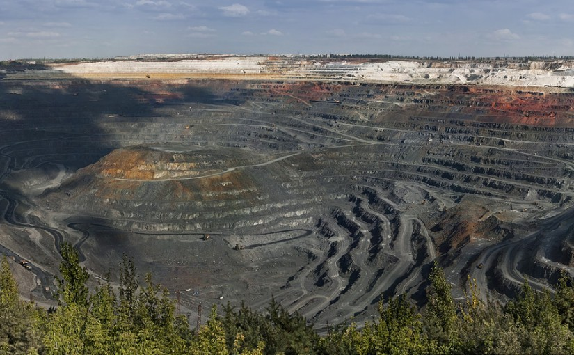 Крупнейший в мире карьер по добыче железной руды и производству сырья для черной металлургии.